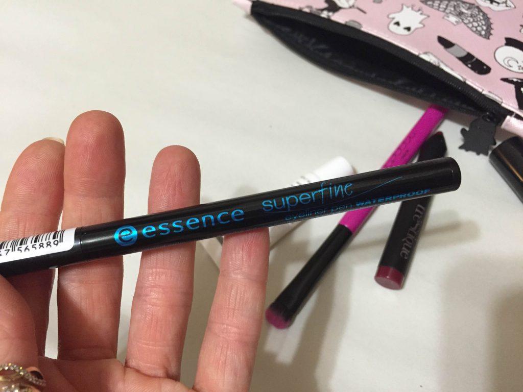 czarny eyeliner Essence SuperFine